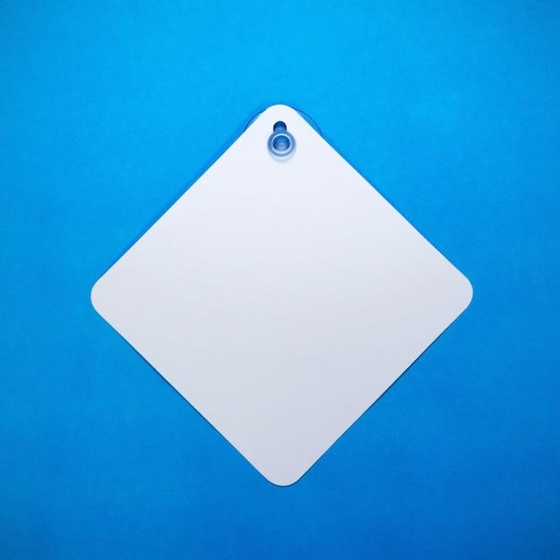Sinal de carro em branco sobre fundo de papel azul
