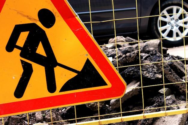 Sinal de construção de estradas, manutenção de estradas na rua da cidade