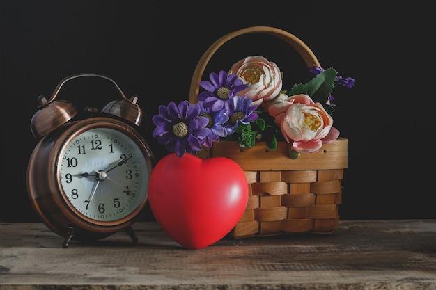 Sinal de coração vermelho com flores no fundo.