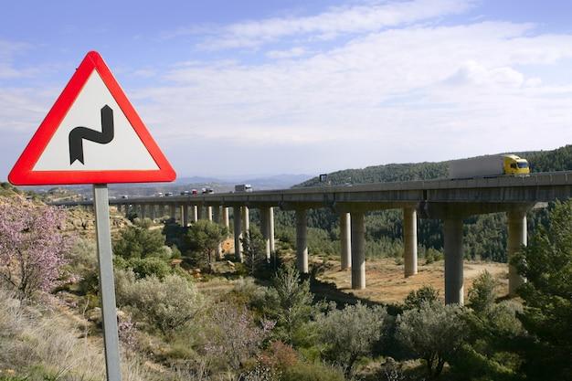 Sinal de desvio perto de uma ponte