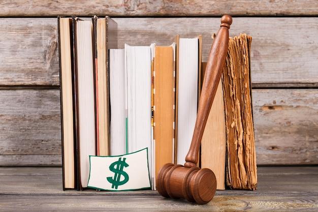 Sinal de dinheiro com atributos de tribunal. ainda vida martelo lei livros e cifrão.