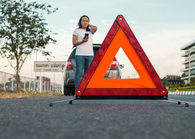 Sinal de emergência na estrada