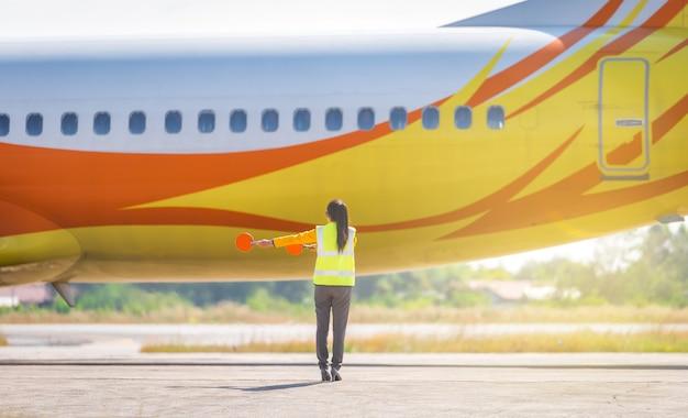 Sinal de empacotamento do aeroporto do empacotador para controles de aeronaves. sinais da tripulação no solo equipamento e sinais da tripulação no solo uma equipe no solo sinaliza ao piloto