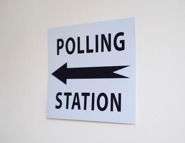 Sinal de estação de voto com direção
