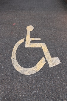 Sinal de estacionamento para deficientes no asfalto. foto vertical