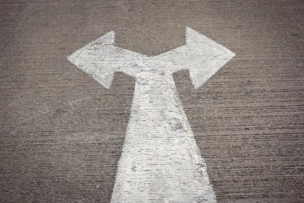 Sinal de estrada à esquerda e à direita na estrada