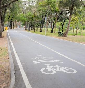 Sinal de estrada de bicicleta no parque