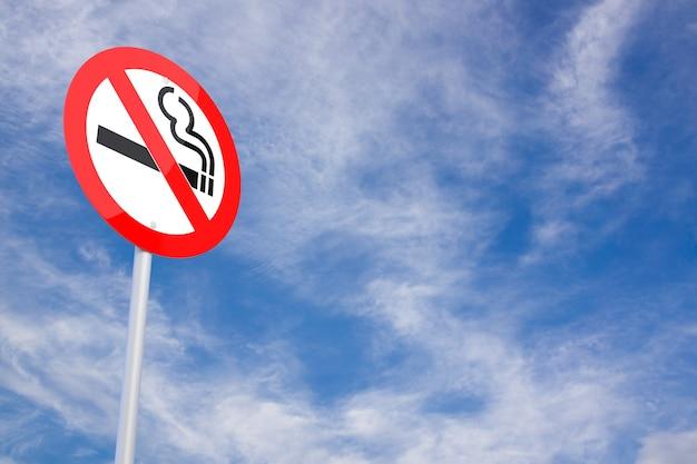 Sinal de estrada e nenhum símbolo de fumar com o fundo do céu. sinal de pare de fumar