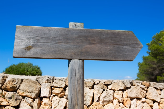 Sinal de estrada em branco pista de madeira no mediterrâneo baleares