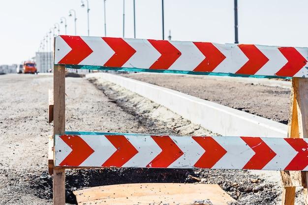 Sinal de estrada fechada antes da construção da estrada