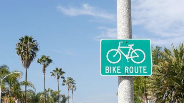 Sinal de estrada verde da rota da bicicleta na califórnia, eua. poste da ciclovia.