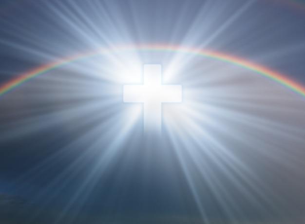 Sinal de fé. cruze no céu com arco-íris
