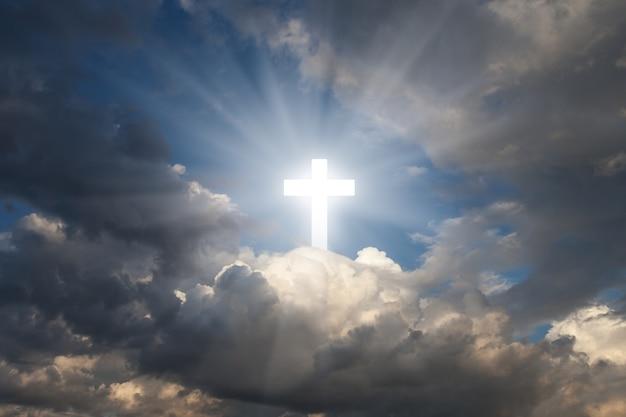 Sinal de fé. cruze no céu.