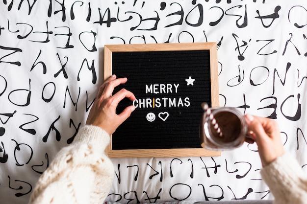 Sinal de feliz natal, mulher e caneca de chocolate