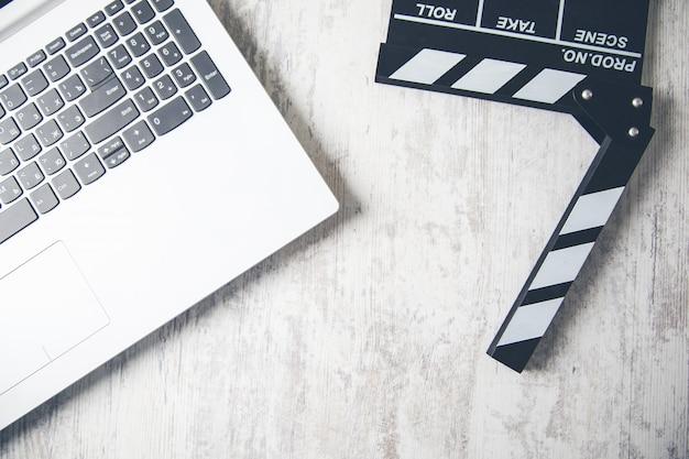 Sinal de filme com teclado na mesa