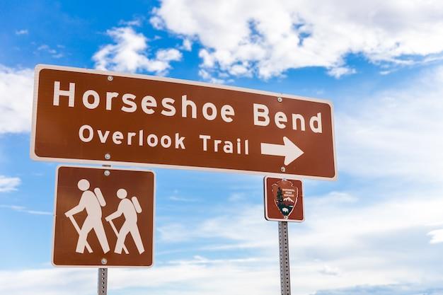 Sinal de horseshoe bend apontando para ignorar a trilha