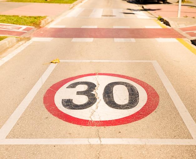 Sinal de limite de velocidade 30 em uma estrada de asfalto