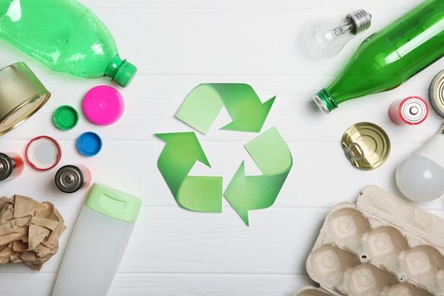 Sinal de lixo e reciclagem em vista superior de fundo colorido