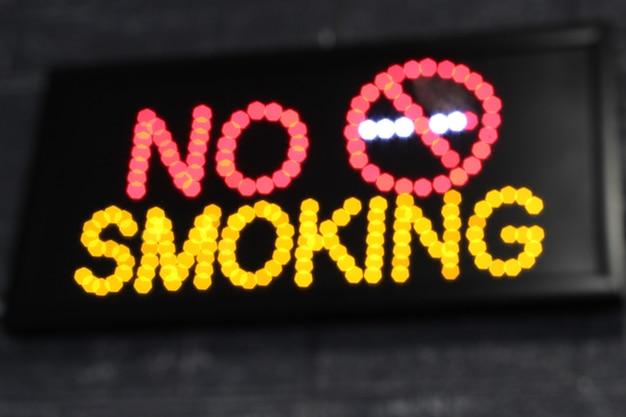 Sinal de luz led luminoso indicando proibição de fumar. proibido fumar