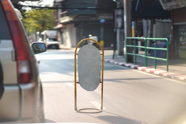 Sinal de maquete em branco após placa de tráfego na estrada para mudança de faixa de aviso