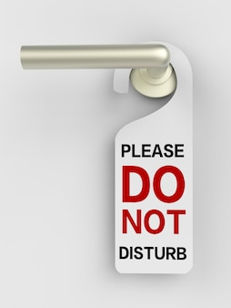 Sinal de não perturbe pendurado na porta