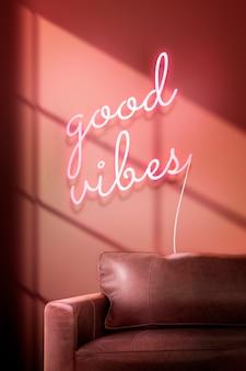 Sinal de néon com boas vibrações em um café autêntico