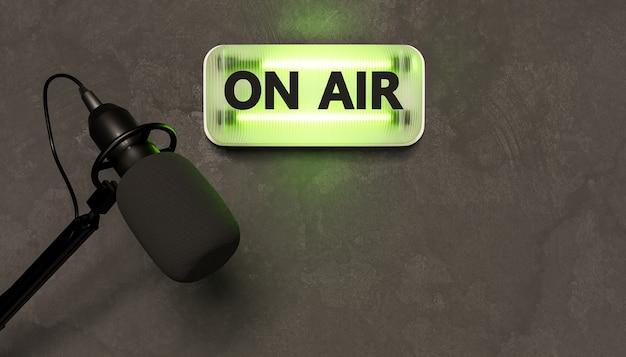 Sinal de néon verde com a palavra on air e microfone de estúdio embaixo