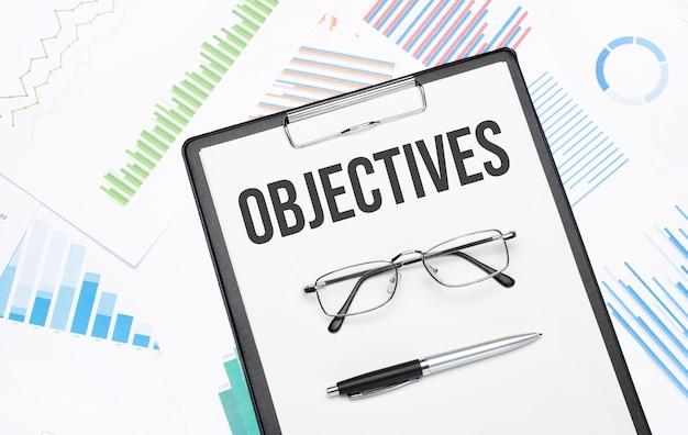 Sinal de objetivos. informações básicas conceituais com gráfico, papéis, caneta e óculos