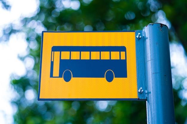 Sinal de parada de ônibus em um poste de metal.