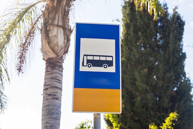 Sinal de parada de ônibus no poste, sinal de trânsito da estrada