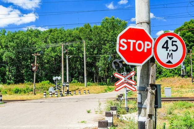 Sinal de parada em frente ao cruzamento da ferrovia
