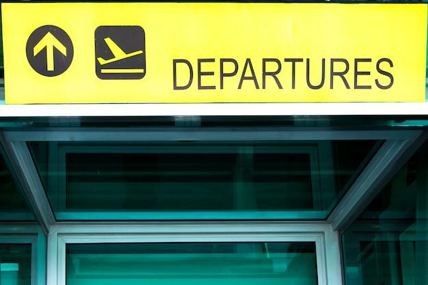Sinal de partida do aeroporto sinal de direção no interior moderno abstrato do aeroporto