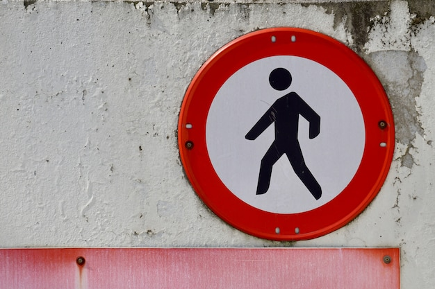 Sinal de pedestre na rua