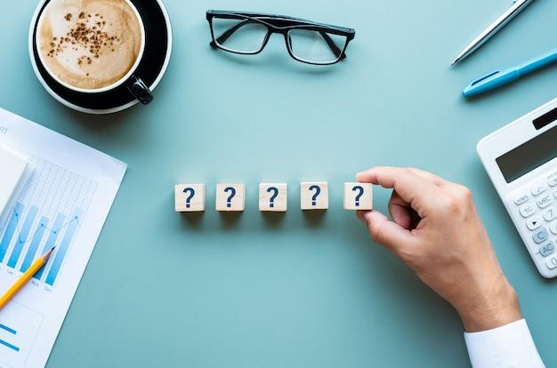 Sinal de pergunta e resposta na mesa