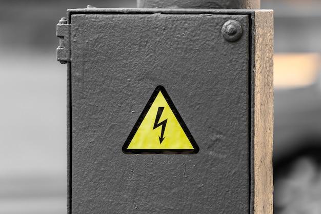 Sinal de perigo elétrico em uma caixa de junção