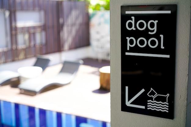Sinal de piscina de cachorro