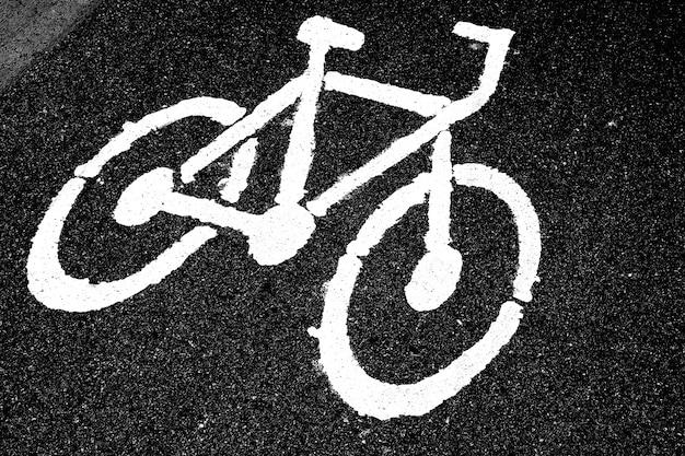 Sinal de pista de bicicleta na estrada de asfalto