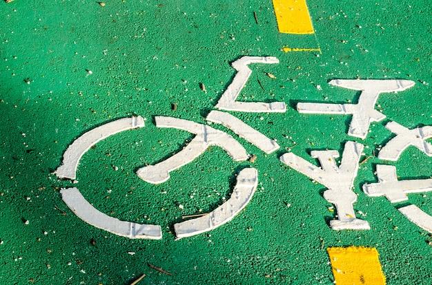 Sinal de pista de bicicleta pintado em uma rua