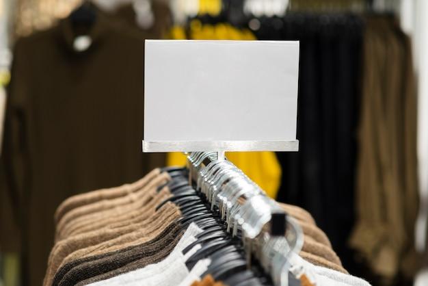 Sinal de preço de loja de roupas mock up