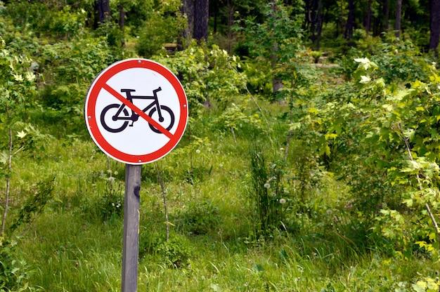 Sinal de proibição de bicicletas em um parque