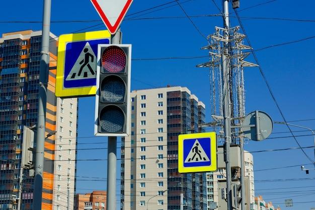 Sinal de proibição vermelho de semáforo no fundo de edifícios altos