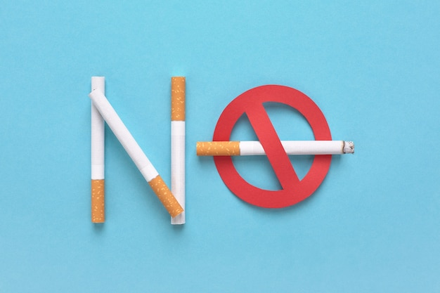 Sinal de proibido com um cigarro e o texto proibido fumar.