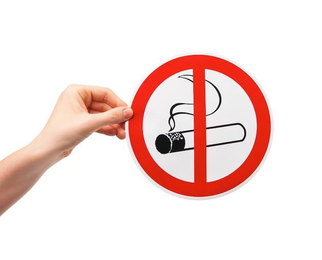 Sinal de proibido fumar na mão feminina no fundo branco