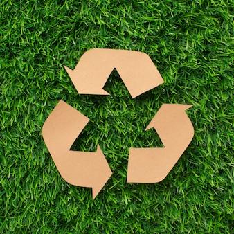 Sinal de reciclagem na grama