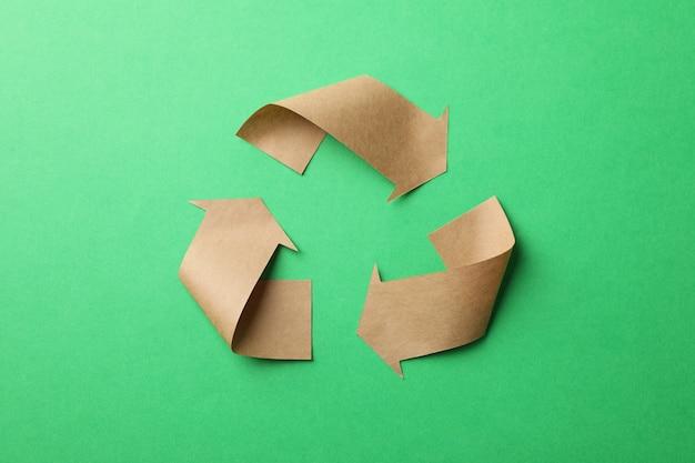 Sinal de reciclagem sobre fundo verde, vista superior