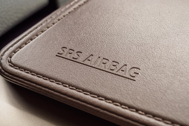 Sinal de segurança do airbag em textura de couro marrom em carro moderno