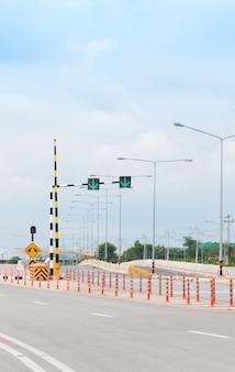 Sinal de semáforo, marcações rodoviárias e passagem em ambos os lados