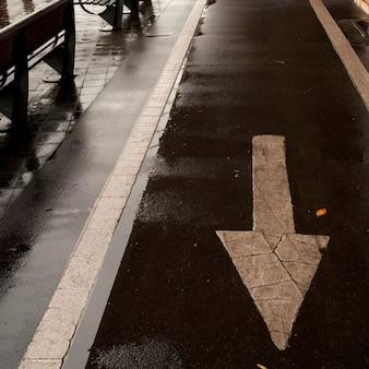 Sinal de sentido da seta na ponte de manhattan em manhattan, new york city, eua.