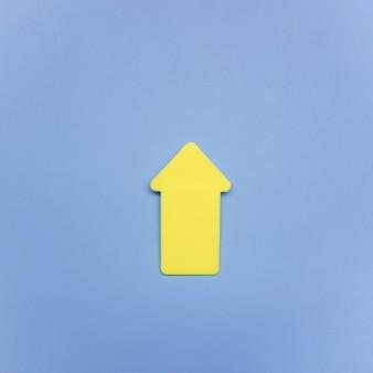 Sinal de seta amarela de cópia-espaço