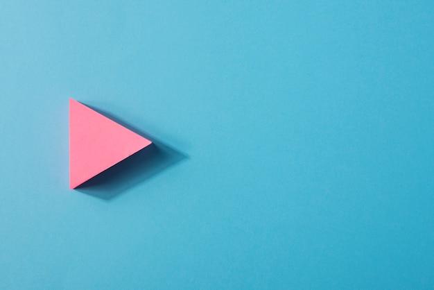 Sinal de seta rosa com cópia-espaço